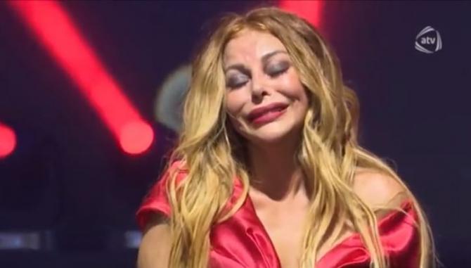 Aygün Kazımova konsert zamanı hönkür-hönkür ağladı (VİDEO)
