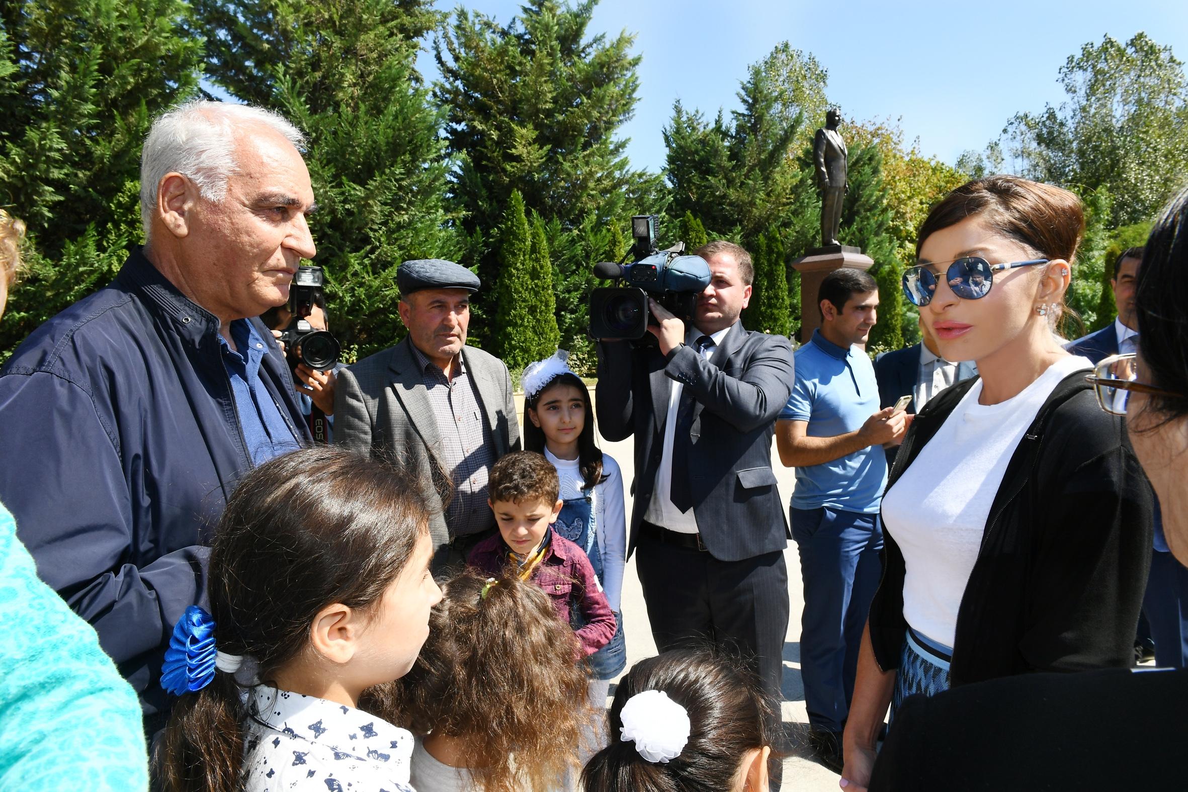Birinci vitse-prezident Mehriban Əliyeva xalqın arasında - FOTO