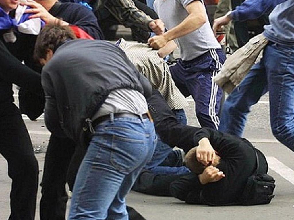 Bakıda metronun qarşısında kütləvi dava - Qan töküldü