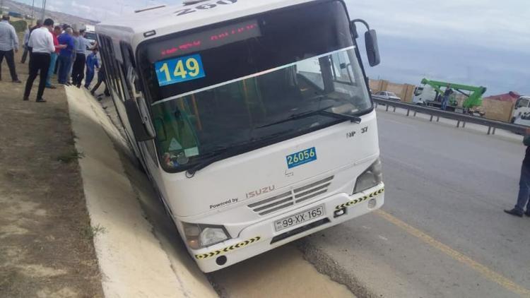 Bakıda avtobusu qəzaya düşdü - xəsarət alan var