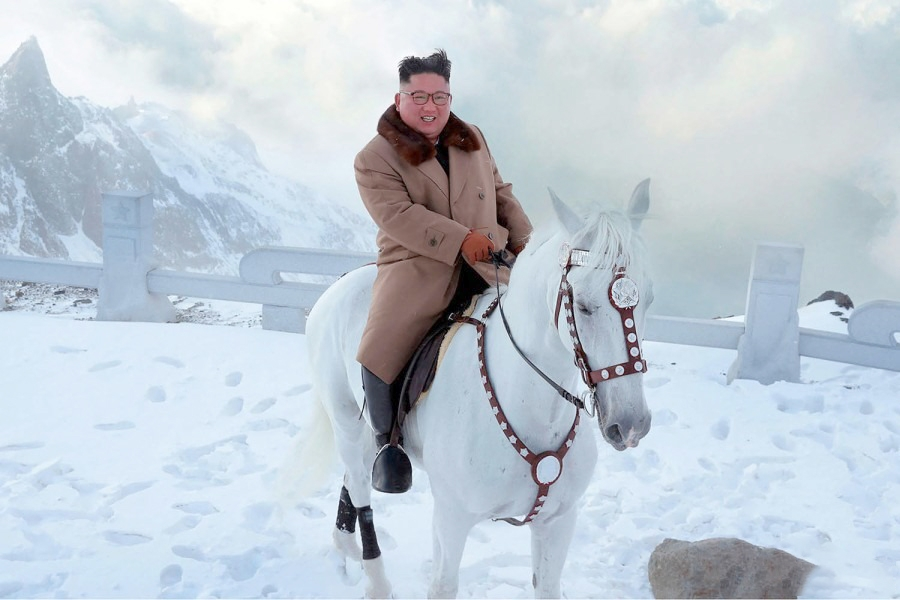 Kim Çen In at belində dağa çıxıb