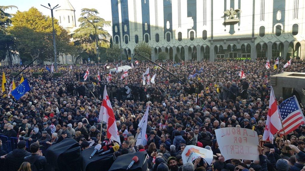 Tbilisidə parlamentin qarşısında etiraz