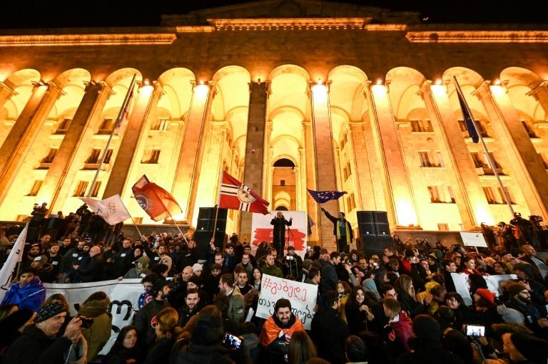 Gürcüstanda parlament binası önündə çaxnaşma - Saxlanılanlar və xəsarət alanlar var