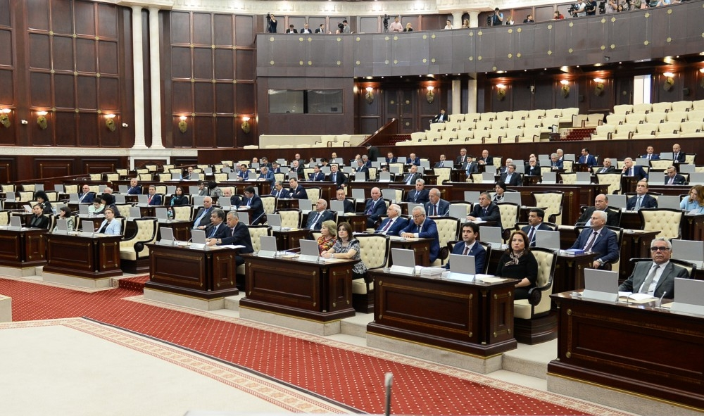 Bitərəf deputatlar da parlamentin buraxılmasını istəyir