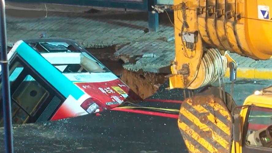 Çində yol çökdü, avtobus içinə düşdü: 6 ölü, 15 yaralı - VİDEO