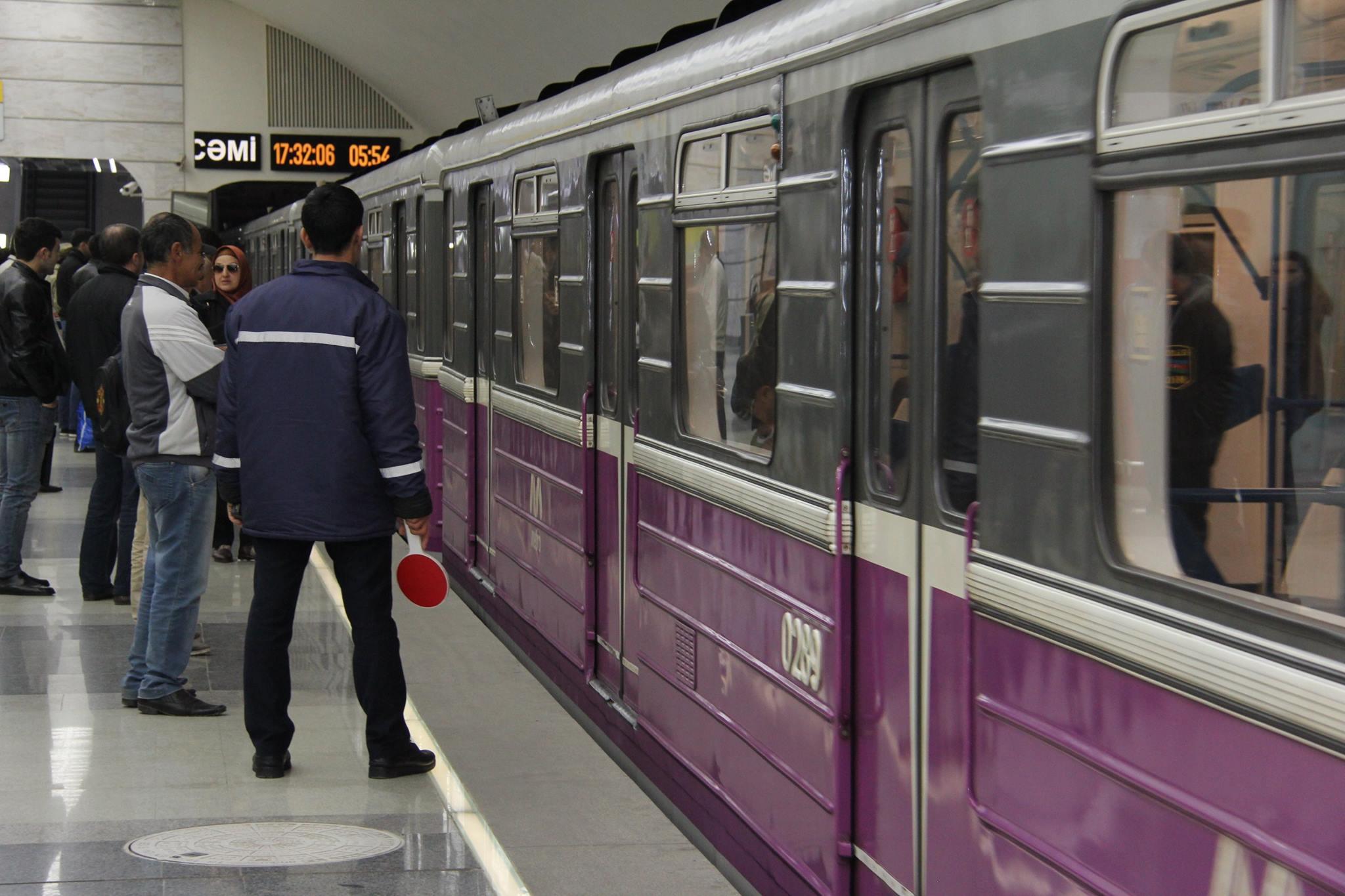 Bakı metrosunda pulsuz dəqiqələr - Sərnişinlər ödənişsiz olaraq stansiyalara buraxılıb