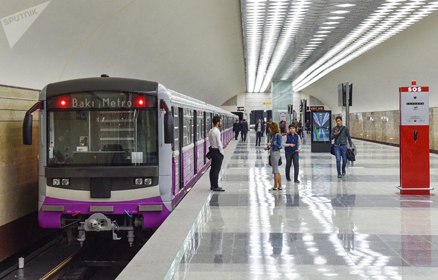 Azərbaycanda nazir müavini metrodan istifadə edir - FOTO