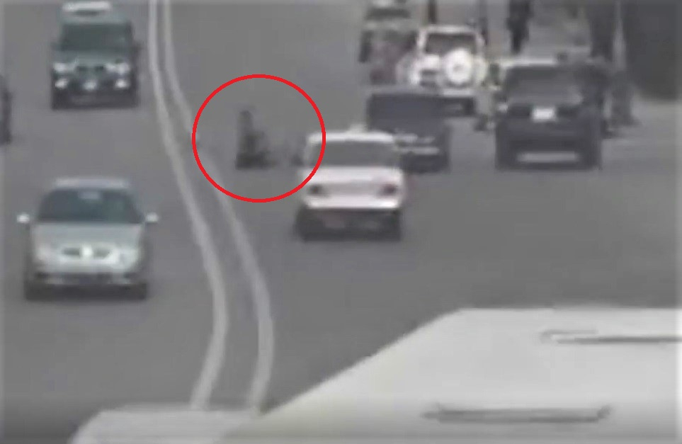 Bakıda avtoşluq edən sürücü piyadanı belə vurdu - VİDEO
