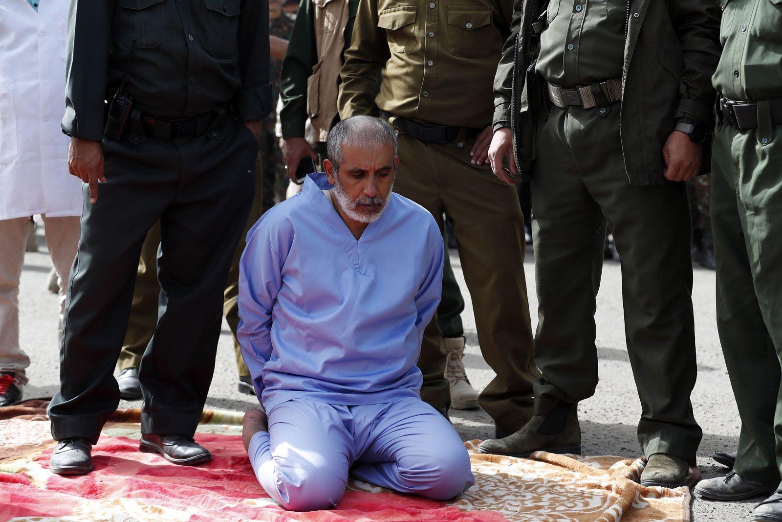 3 qızını boğaraq öldürən şəxs meydanda edam edildi - FOTO